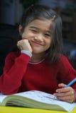 Una ragazza di sei anni che fa il suo lavoro Immagine Stock