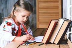 Una ragazza disegna avvicinarsi la finestra fotografia stock libera da diritti