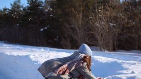 Una ragazza divertendosi nel giorno di inverno nevoso soleggiato archivi video