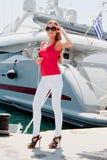 Una ragazza e un yacht Fotografia Stock Libera da Diritti