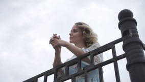 Una ragazza elegante sta contro il cielo archivi video