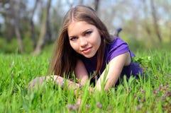 Una ragazza in erba verde Immagine Stock