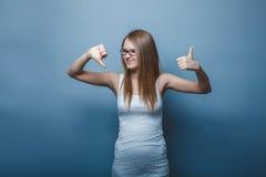 una ragazza Europeo di aspetto di venti anni di pollici su Immagine Stock