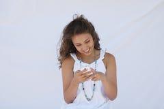 Una ragazza felice che legge un testo. Fotografia Stock Libera da Diritti