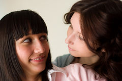 Una ragazza felice di due amici Immagini Stock