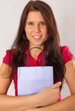 Una ragazza felice sta tenendo un sacchetto di acquisto immagini stock libere da diritti
