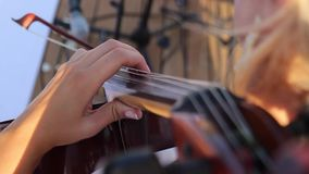 Una ragazza gioca un violoncello video d archivio