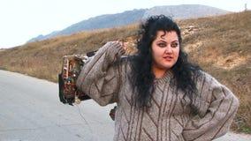 Una ragazza grassa che tiene una scheda madre Movimento lento stock footage