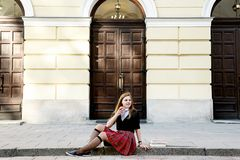 Una ragazza graziosa che legge un libro, imparante Immagini Stock
