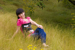 Una ragazza graziosa con le erbacce Immagine Stock