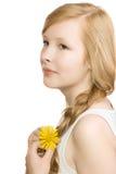 Una ragazza graziosa con un fiore giallo, isolato Fotografia Stock