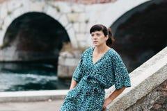 Una ragazza graziosa passa il tempo sulle belle banche del fiume Fotografia Stock Libera da Diritti