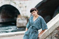 Una ragazza graziosa passa il tempo sulle belle banche del fiume Fotografie Stock Libere da Diritti