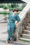 Una ragazza graziosa passa il tempo sulle belle banche del fiume Fotografie Stock