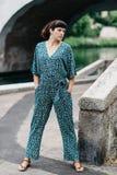 Una ragazza graziosa passa il tempo sulle belle banche del fiume Immagine Stock Libera da Diritti