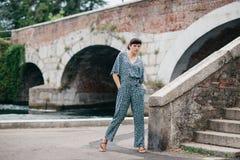 Una ragazza graziosa passa il tempo sulle belle banche del fiume Immagine Stock