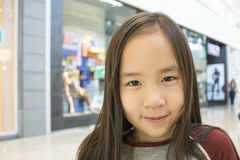 Una ragazza nel centro commerciale Immagine Stock