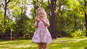 Una ragazza nel parco che mangia granato stock footage