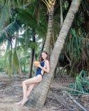 Una ragazza nel vestito di nuotata Fotografia Stock Libera da Diritti