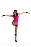 Una ragazza nell'esercitazione a strisce delle calze di yoga Fotografie Stock Libere da Diritti