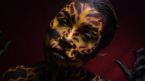 Una ragazza nell'immagine di un vulcano da cui il magma scorre stock footage