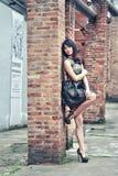 Una ragazza nella fabbrica abbandonata Immagini Stock Libere da Diritti