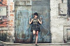 Una ragazza nella fabbrica abbandonata Immagine Stock