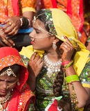 Una ragazza non identificata in abbigliamento etnico variopinto assiste alla P Fotografia Stock Libera da Diritti