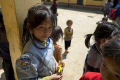 Una ragazza non identificata del villaggio ed i suoi amici che aspettano classe Immagini Stock
