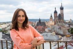Una ragazza posa per il fotografo nel vecchio centro di Cracovia, Polonia Immagini Stock