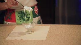Una ragazza prepara i biscotti per il Natale nella cucina archivi video