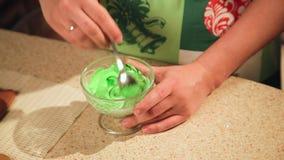 Una ragazza prepara i biscotti per il Natale nella cucina stock footage