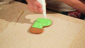 Una ragazza prepara i biscotti per il Natale nella cucina video d archivio