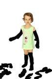 Una ragazza prova sopra i calzini puliti del papà. Fotografia Stock Libera da Diritti