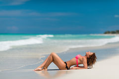 Una ragazza riccia sul tropico della spiaggia Fotografie Stock Libere da Diritti