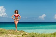 Una ragazza riccia sulla riva Fotografia Stock
