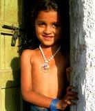 Una ragazza rurale con i suoi dintorni naturali Fotografie Stock