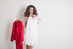 Una ragazza sceglie fra rosso e bianco immagini stock