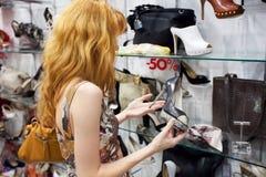 Una ragazza sceglie le sue scarpe Fotografia Stock Libera da Diritti