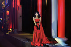 Una ragazza si è vestita in un vestito da sera rosso Fotografia Stock