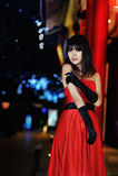 Una ragazza si è vestita in un vestito da sera rosso Immagine Stock Libera da Diritti