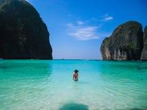 Una ragazza sola entra in mare azzurrato immagine stock libera da diritti