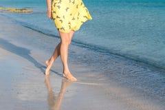 Una ragazza sola sta camminando lungo la linea costiera dell'isola Immagine Stock