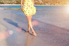 Una ragazza sola sta camminando lungo la linea costiera dell'isola Fotografia Stock Libera da Diritti