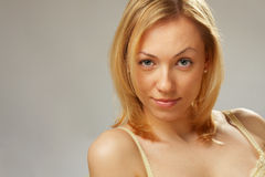 Una ragazza sorridente con le spalle nude Fotografia Stock Libera da Diritti