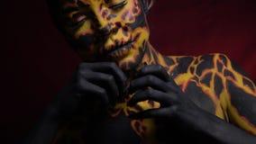 Una ragazza sotto forma di lava calda che scorre giù il corpo archivi video