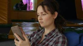 Una ragazza sta esaminando il telefono archivi video