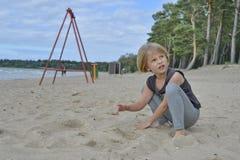 Una ragazza sta giocando sul campo da giuoco Immagini Stock Libere da Diritti