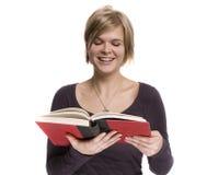 Una ragazza sta leggendo Fotografie Stock Libere da Diritti