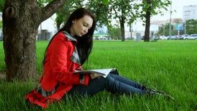 Una ragazza sta riposando nel parco video d archivio